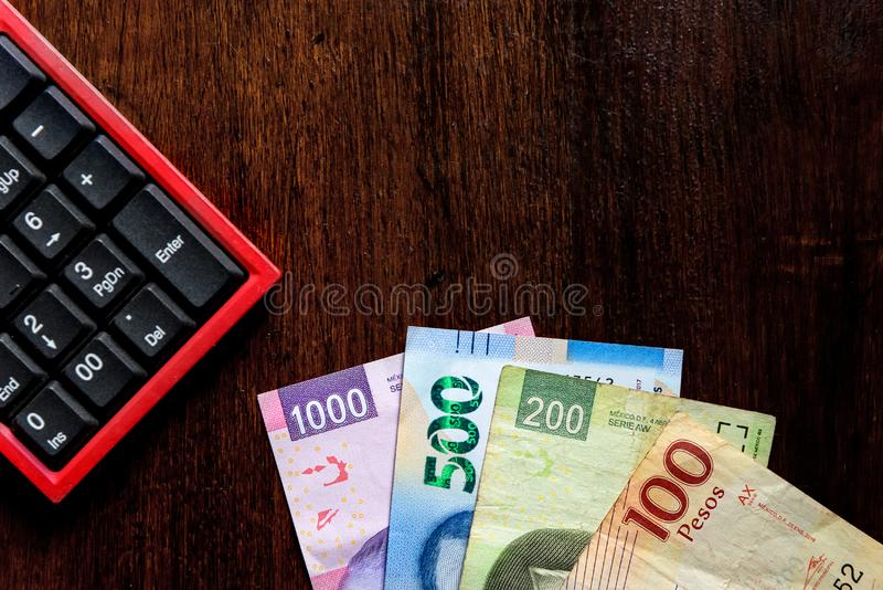 Pengar - mexicanska pesos som gör en budget royaltyfria foton