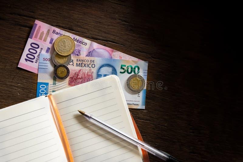 Pengar - mexicanska pesos som gör en budget royaltyfri foto
