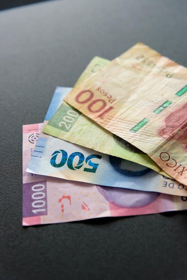 Pengar - mexicanska pesos som gör en budget arkivbild