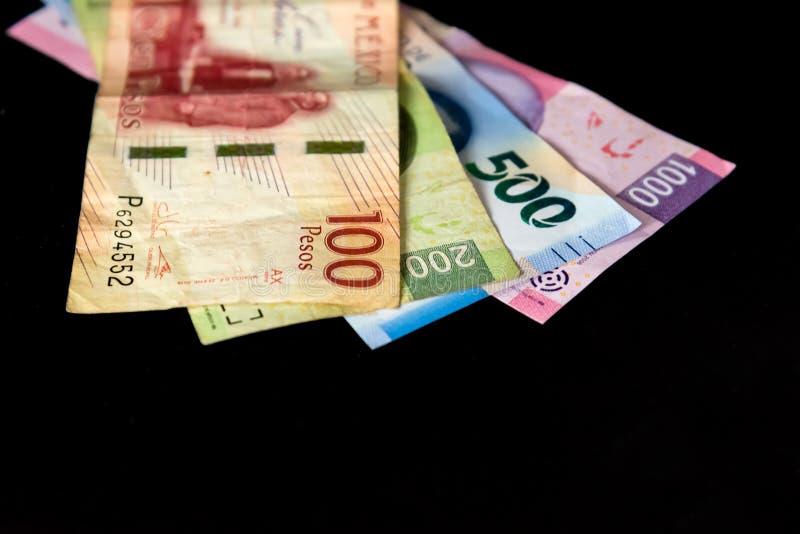 Pengar - mexicanska pesos som gör en budget arkivfoto