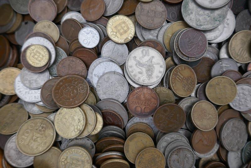 Pengar mynt, samling av gamla ogiltiga internationella mynt arkivbild