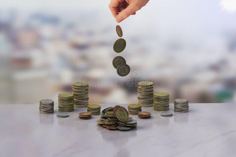 Pengar och hand arkivbilder