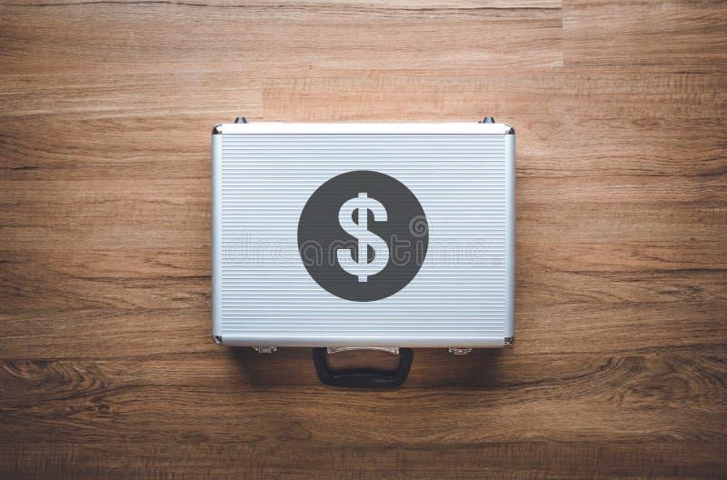 Pengar och investeringbegrepp med dollarkassapåsen på träbakgrund besparing och finansiellt arkivbild