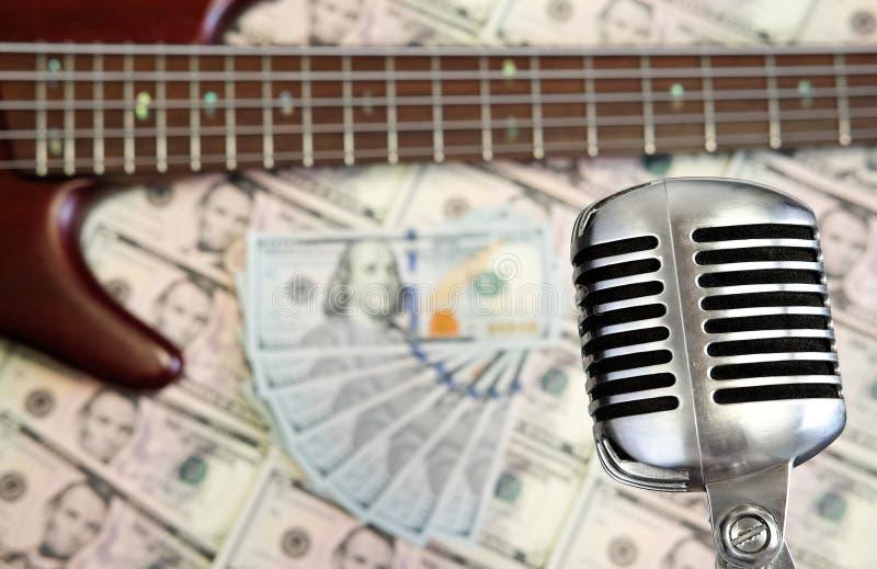 Pengar och musikbegrepp royaltyfri foto