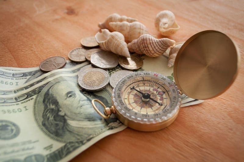 Pengar och skal arkivfoton