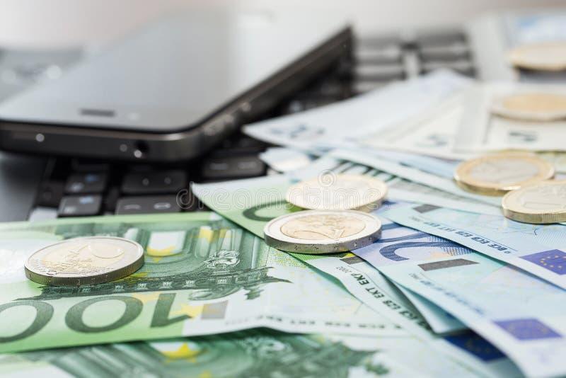 Pengar på tabellen royaltyfria foton