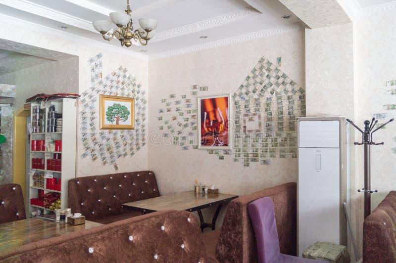 Pengar på väggen Tacksamhet av besökare royaltyfri fotografi