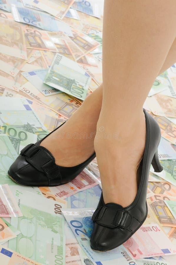 pengar plattforer kvinnan arkivbild