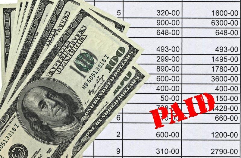 Pengar som vilar på räkning royaltyfri fotografi