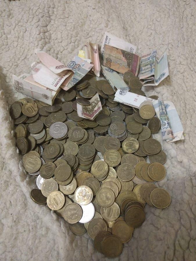 Pengar sprids på måfå Spendera, köp, tjäna, mot efterkrav royaltyfri foto