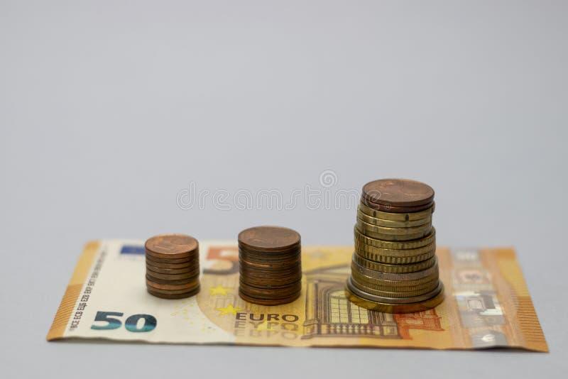Pengarbuntmoment som v?xer upp sparande pengar f?r tillv?xt, finansiell aff?rsinvestering f?r begrepp royaltyfri fotografi