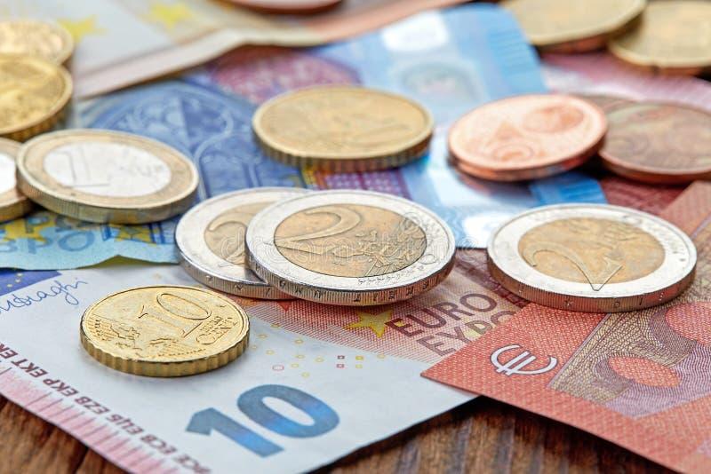 Pengareurosedlar och mynt royaltyfri foto