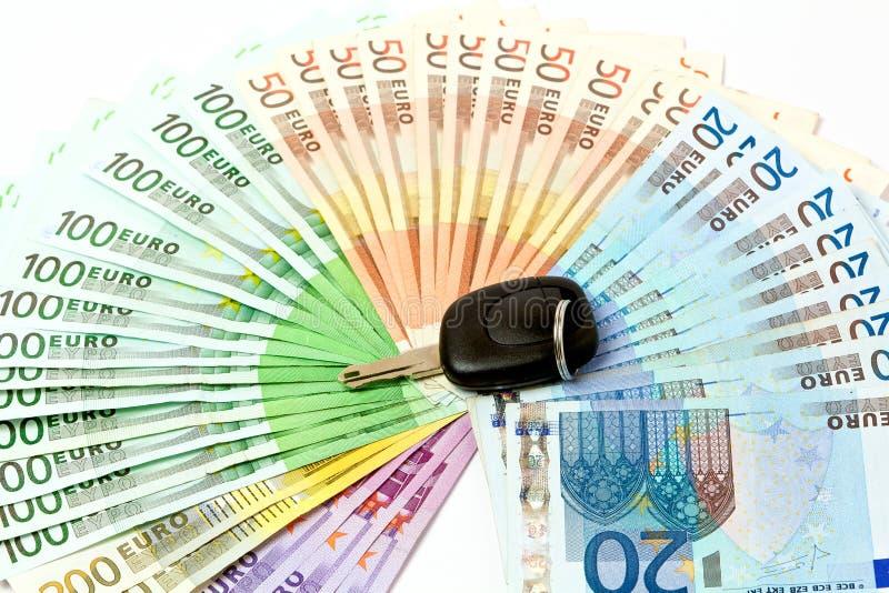 Pengarfan av euroanmärkningar för köpet av bilar royaltyfri bild