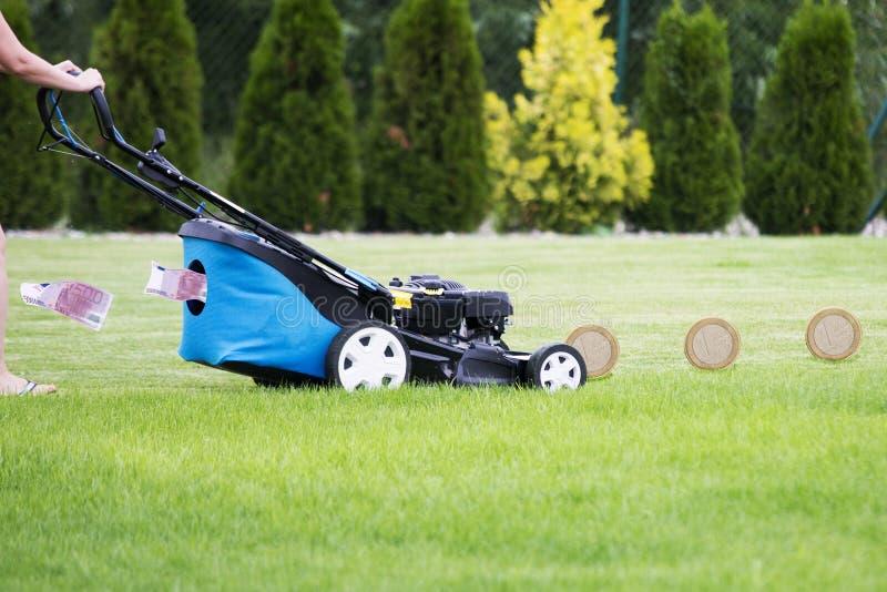 Pengarmaskinbegrepp, ändrande euro för gräsklippningsmaskin royaltyfri bild