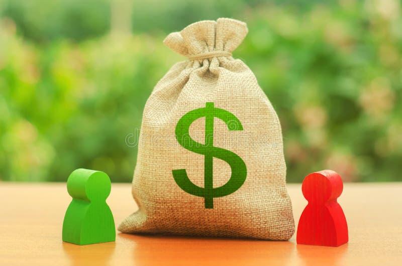 Pengarpåse med dollarsymbol och två personerdiagram Affärstvist och dess lösning mellan två affärsmän uppdelning royaltyfria bilder