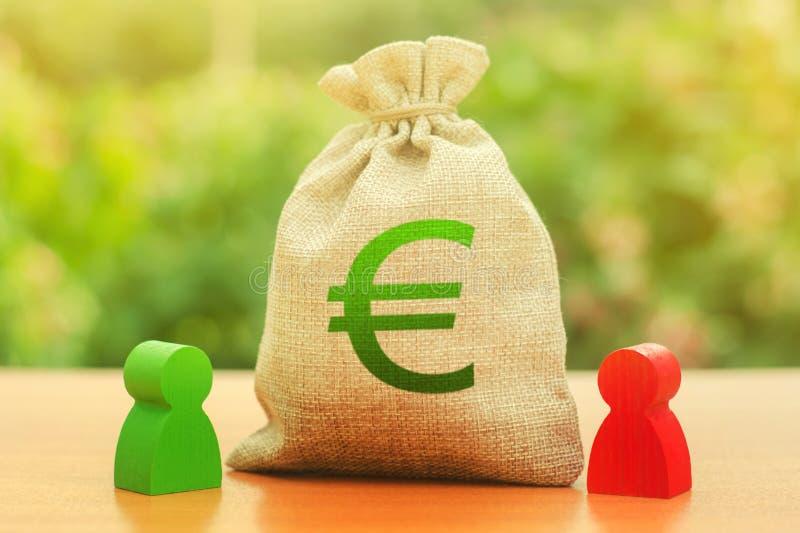 Pengarpåse med eurosymbol och två personerdiagram Affärsinvestering och utlåning som leasar Aff?rsf?rh?llande tvist royaltyfri fotografi