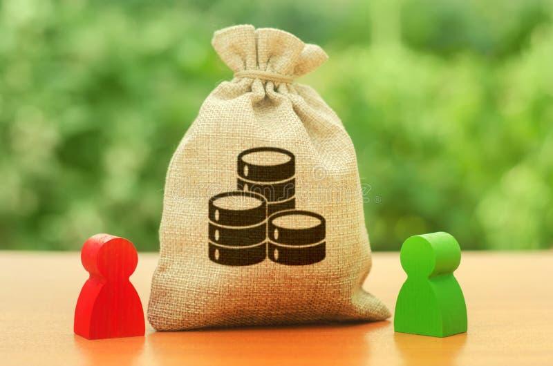 Pengarpåse med pengarmyntsymbol och två personerdiagram Affärsinvestering och utlåning som leasar Aff?rsf?rh?llande tvist arkivfoton