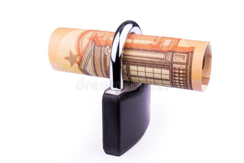 Pengarsäkerhetsbegrepp - den eurosedeln och hänglåset - som isoleras på vit fotografering för bildbyråer