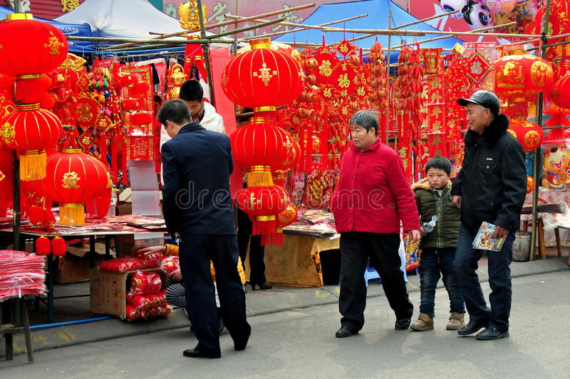 Pengzhou, Κίνα: Κινεζικές νέες διακοσμήσεις έτους στοκ φωτογραφία