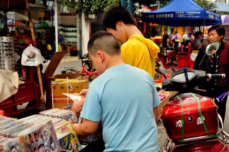 Pengzhou, Китай: 2 подростка покупая кино DVD стоковые фотографии rf