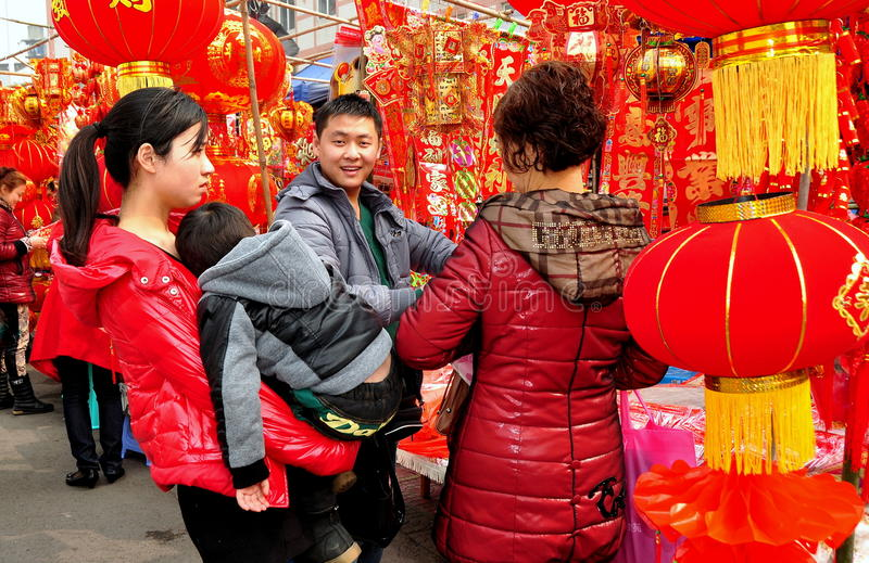 Pengzhou, CH: Famil Buying New Year Decorations Editorial Image