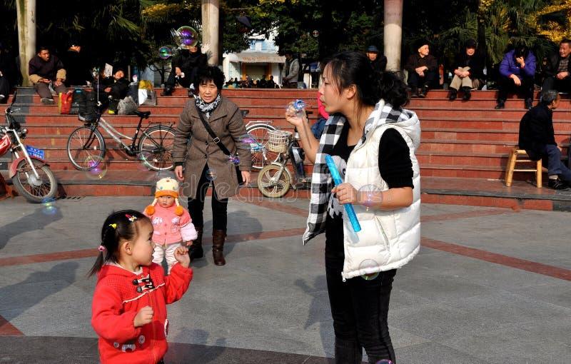 Pengzhou, China: Burbujas que soplan de la mujer imagen de archivo