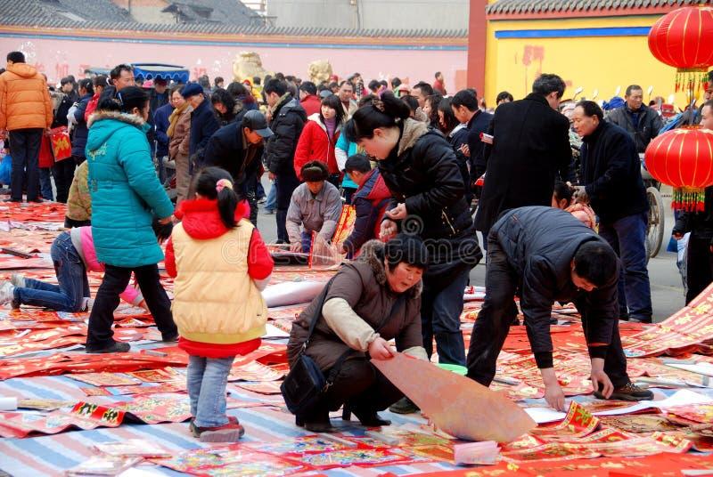 Pengzhou, China: Decorações lunares do ano novo imagem de stock