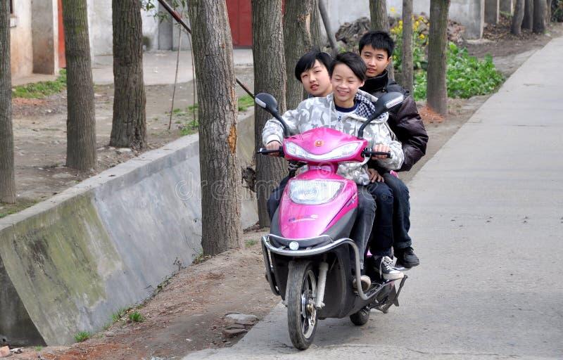 Pengzhou, China: Drie Tienerjaren op Motorfiets stock foto