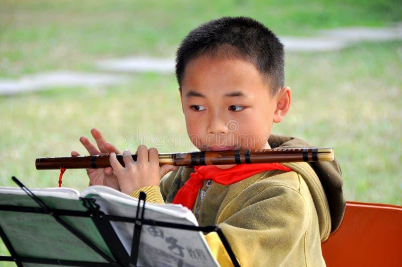 Pengzhou, China: Estudante da música com flauta fotos de stock royalty free