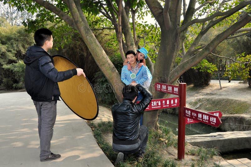 Pengzhou, China: Fotograf-Schießen-Baumuster stockbild