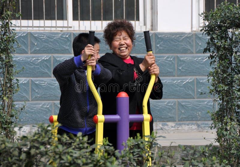 Pengzhou, China: Gente que usa la máquina del ejercicio imagenes de archivo