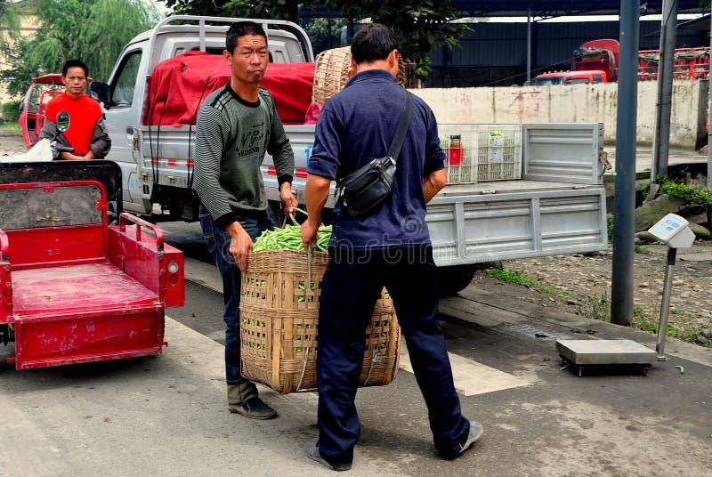 Pengzhou, China: Granjeros con la cesta de habas verdes foto de archivo libre de regalías