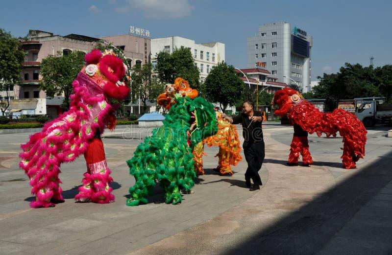 Pengzhou, China: Het Repeteren van de Dansers van de leeuw royalty-vrije stock afbeeldingen