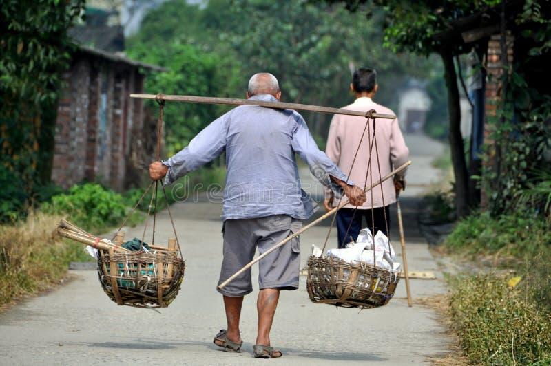 Pengzhou, China: Homem idoso com garfo do ombro fotografia de stock royalty free