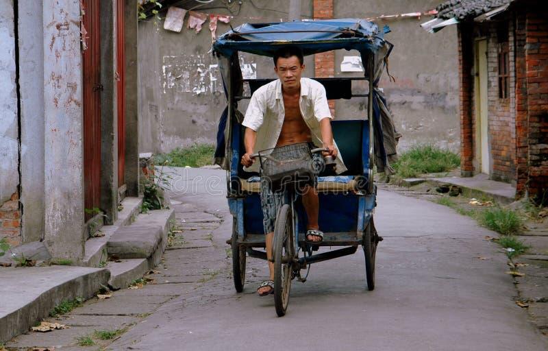 Pengzhou, China: Homem que conduz o táxi da bicicleta imagens de stock