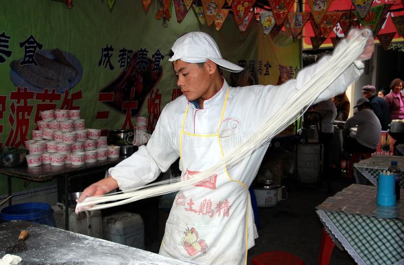 Pengzhou, China: Homem que faz macarronetes fotografia de stock