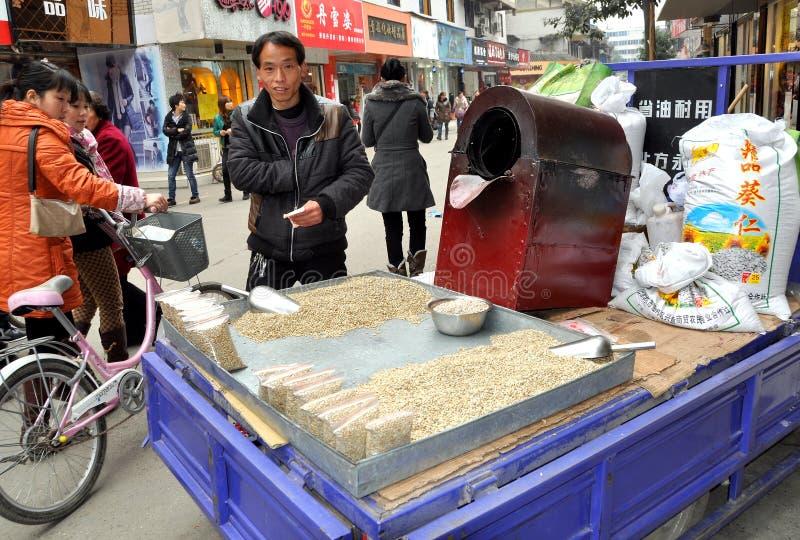 Pengzhou, China: Homem que vende sementes do girassol fotos de stock royalty free