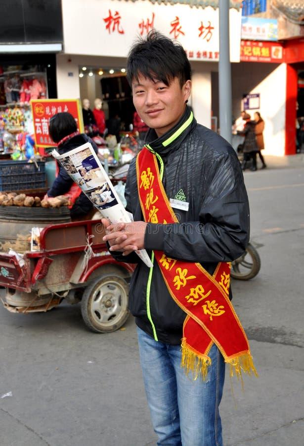 Pengzhou, China: Juventude com insectos de propaganda fotografia de stock royalty free