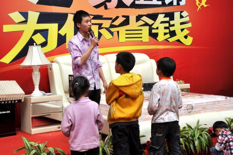 Pengzhou, China: Kinder, die zu einem Verkaufsargument hören lizenzfreie stockfotos