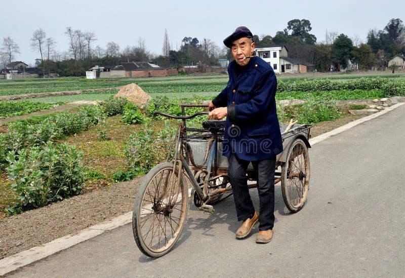 Pengzhou, China: Landwirt mit Fahrrad-Warenkorb lizenzfreie stockbilder