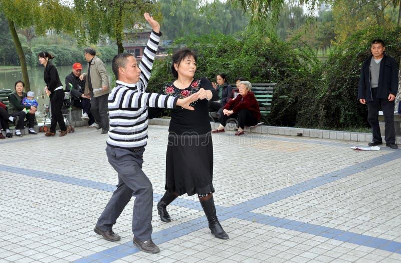 Pengzhou, China: Mensen die in Park dansen royalty-vrije stock afbeeldingen