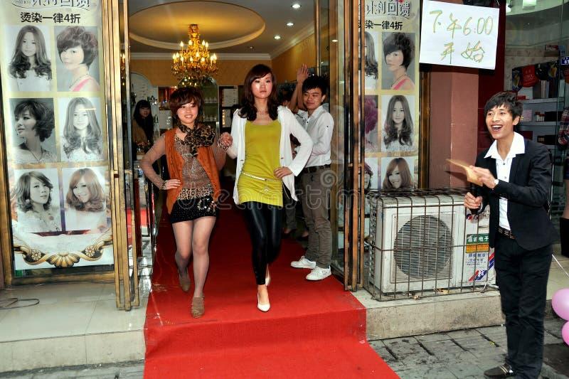 Pengzhou, China: Modeschau-Baumuster stockfotografie