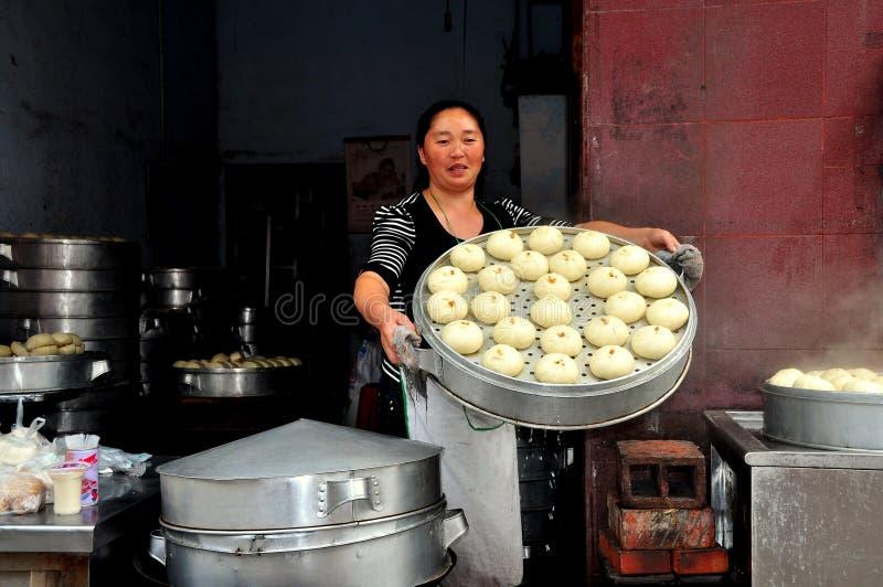 Pengzhou, China: Mujer con Bao Zi Dumplings cocido al vapor fotografía de archivo