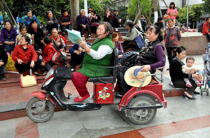 Pengzhou, China: Mujer que canta en nuevo cuadrado foto de archivo