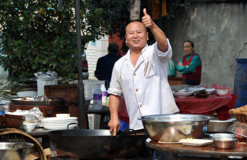 Pengzhou, China: O cozinheiro chefe dá os polegares acima imagem de stock royalty free