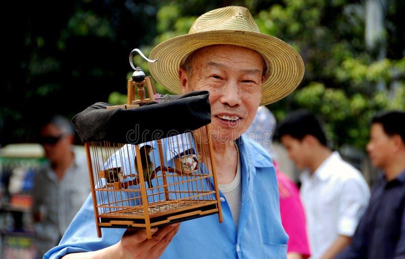 Pengzhou, China: Oude Mens met Birdcage stock afbeelding