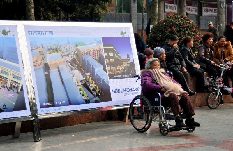 Pengzhou, China: Oude Vrouw in Rolstoel stock foto