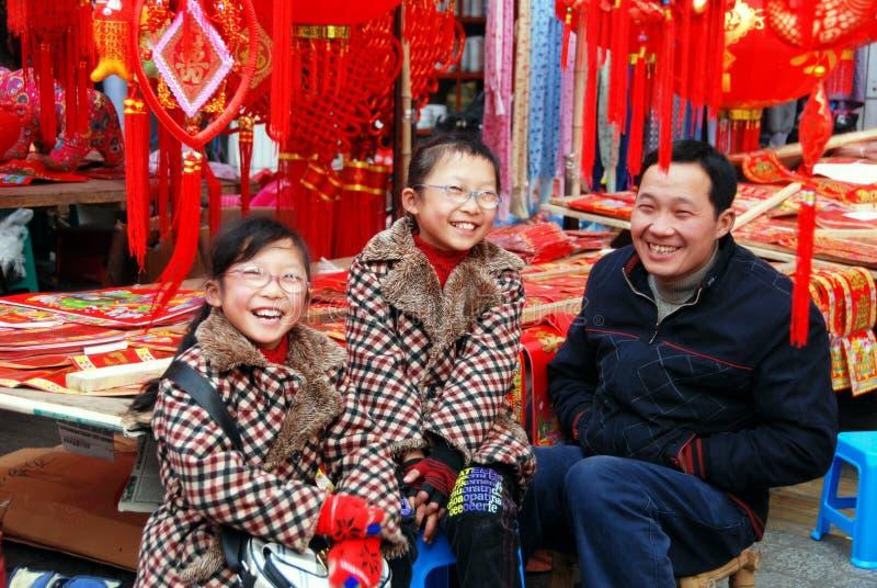 Pengzhou, China: Padre e hijas gemelas foto de archivo