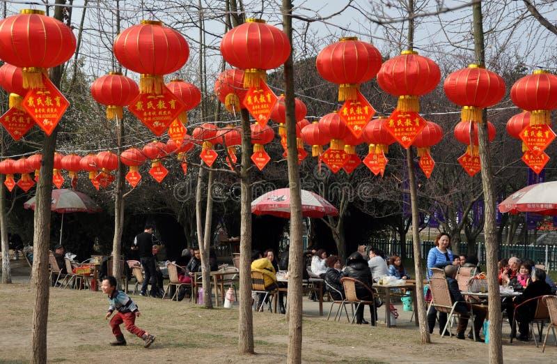 Pengzhou, China: Parque da cidade com as lanternas do ano novo fotos de stock royalty free
