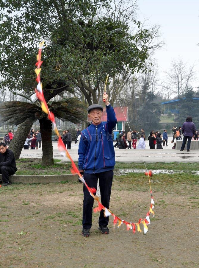 Pengzhou, China: Parte superior de giro do homem imagem de stock